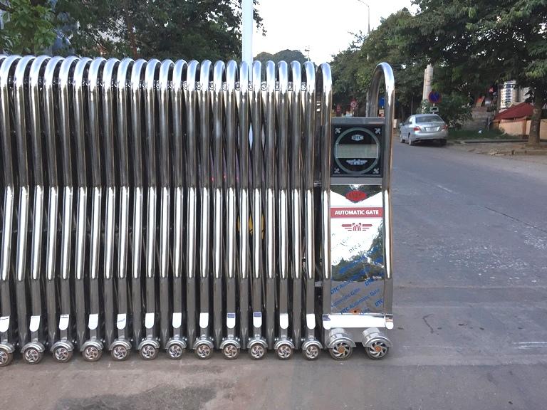 Cửa cổng xếp inox 304 lắp đặt tại cửa khẩu Cốc Nam Lạng Sơn