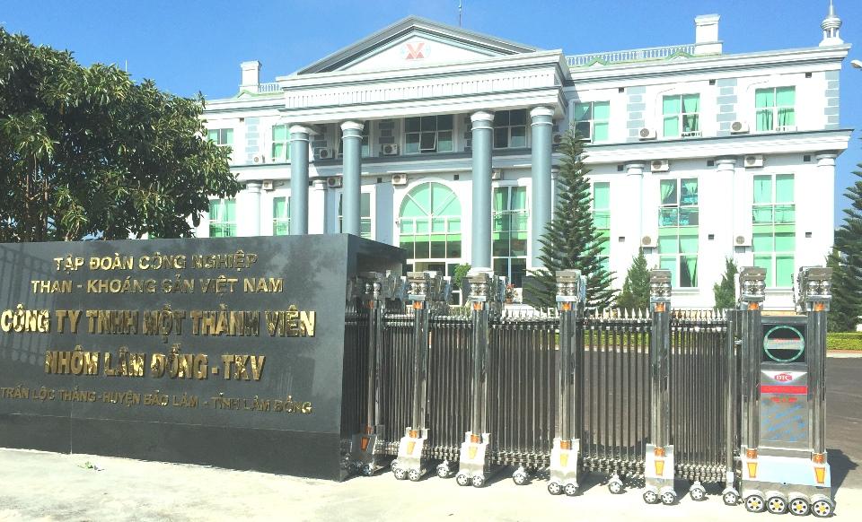lắp đặt cổng xếp inox tại nhà máy nhôm Lâm Đồng