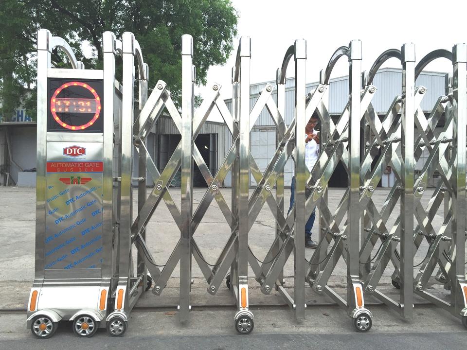cổng xếp inox 304 việt tín 2