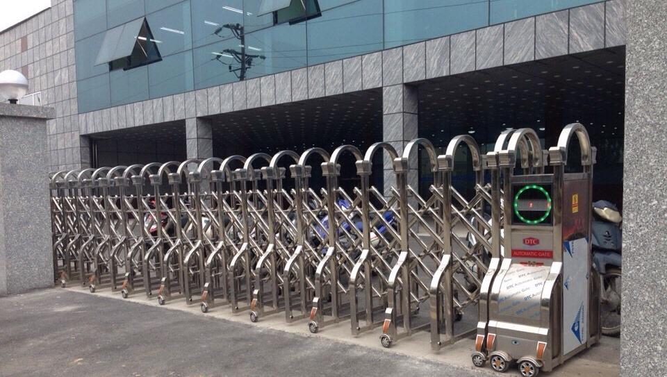 cửa cổng xếp inox 304